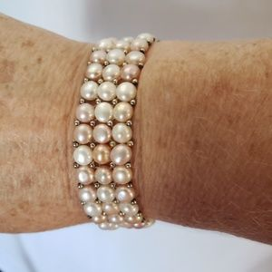 Multicolored cultured pearls stretchy bracelet.